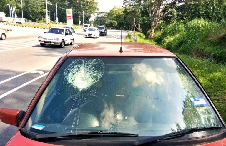 Malaysia Johor Batu Pahat Accident When A Car Meet a Rock at Tanjung Labor Batu Pahat Raymond Ong Effye Media Online Advertising Web Development A01