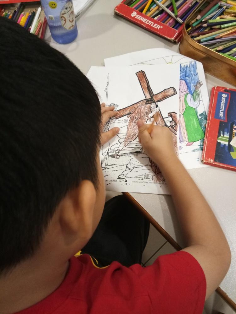 苏雅喜乐堂 里 崇拜时的儿童班 各各他 山上 的 三个十字架 耶稣与强盗 A08