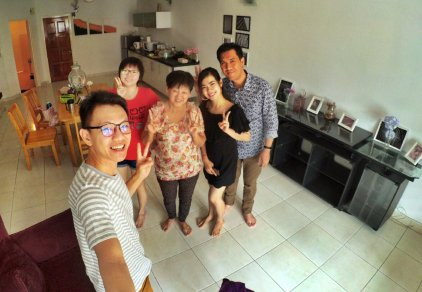 Raymond Ong and Effye Ang walk around with Mum Ng Siok Gek in Malaysia 和妈妈逛街 A14