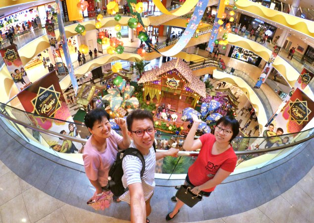 Raymond Ong and Effye Ang walk around with Mum Ng Siok Gek Regiustea Cafe in Malaysia 和妈妈逛街 A19