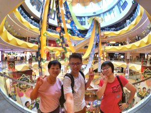 Raymond Ong and Effye Ang walk around with Mum Ng Siok Gek Regiustea Cafe in Malaysia 和妈妈逛街 A22