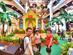 Raymond Ong and Effye Ang walk around with Mum Ng Siok Gek Regiustea Cafe in Malaysia 和妈妈逛街 A23