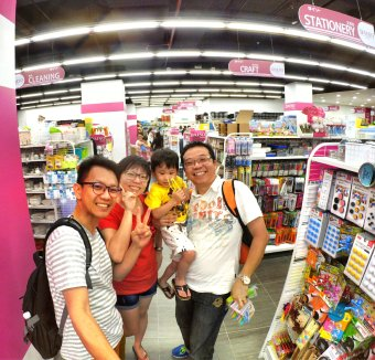 Raymond Ong and Effye Ang walk around with Mum Ng Siok Gek Regiustea Cafe in Malaysia 和妈妈逛街 A27