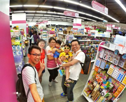 Raymond Ong and Effye Ang walk around with Mum Ng Siok Gek Regiustea Cafe in Malaysia 和妈妈逛街 A28