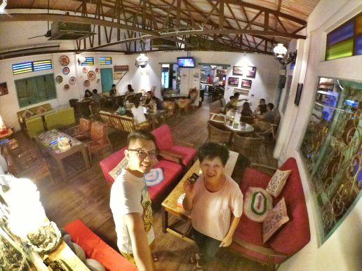 Raymond Ong and Effye Ang walk around with Mum Ng Siok Gek Roundabout Cafe N Bistro Batu Pahat Johor in Malaysia 和妈妈逛街 A34